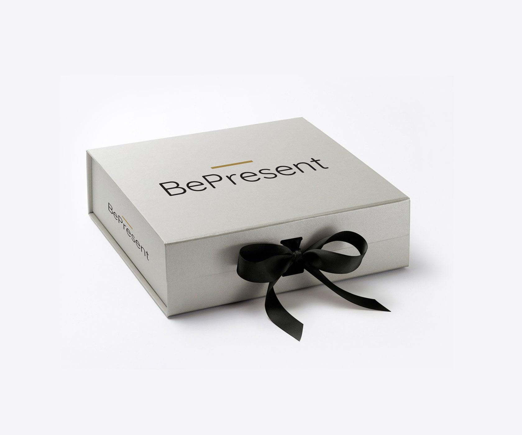 caja de regalo gris con logotipo de BePresent